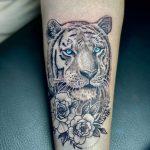 kék szemű tigris tetoválás kar, blue eyed tiger tattoo arm