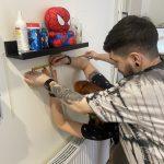 Dávid polcot szerel a szalonban, David installs a shelf in the salon
